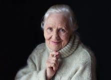 пожилая думая женщина стоковое изображение rf