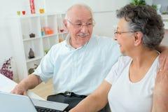 2 пожилого люд в доме Стоковая Фотография