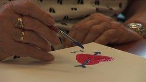 Пожилой гражданин крася сердце видеоматериал