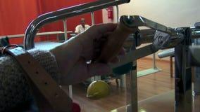 Пожилой гражданин реабилитируя руку акции видеоматериалы