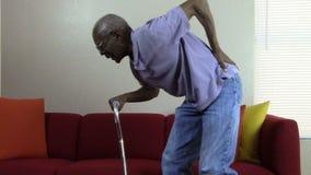 Пожилой гражданин с болью в спине акции видеоматериалы