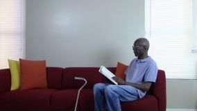 Пожилой гражданин читая книгу сток-видео