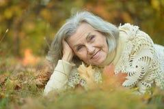 Пожилой лежать женщины Стоковая Фотография