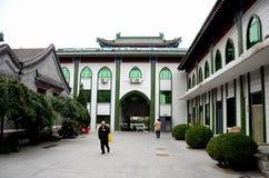 Пожилой китайский мусульманский человек идет в двор входа мечети Пекина Китая Стоковые Фото