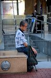 Пожилой китайский человек сидит и предусматривает жизнь Сингапур Стоковые Фотографии RF