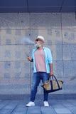 Пожилой курить человека Стоковые Изображения