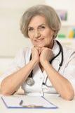 Пожилой доктор женщины стоковая фотография