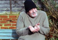 Пожилой попрошайка держащ вне оба руку. Стоковое Изображение RF