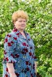 Пожилой сад женщины весной Стоковое Изображение RF