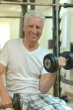 Пожилой человек в спортзале Стоковая Фотография
