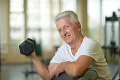 Пожилой человек в спортзале Стоковое Изображение
