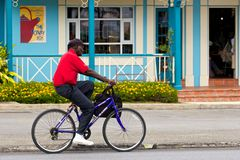 Пожилой человек ехать велосипед, Барбадос Стоковое фото RF