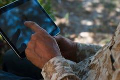 Пожилой человек используя таблетку/пожилое ebook чтения человека Стоковое Фото