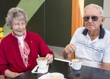 Пожилой человек и женщина имея кофе Стоковая Фотография RF