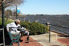 Пожилой человек наслаждаясь днем S604 Стоковое Изображение