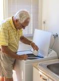 Пожилой человек на стиральной машине Стоковая Фотография RF