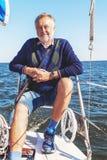 Пожилой человек на яхте на море Стоковое фото RF