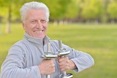 Пожилой человек работая с гантелями Стоковые Фото