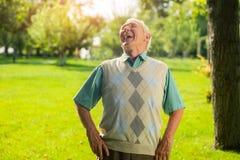 Пожилой человек смеется над Стоковое Изображение RF