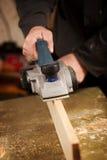 Пожилой человек строгая планку древесины Стоковая Фотография
