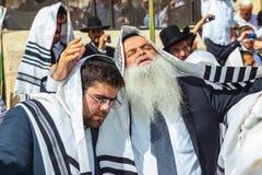 Пожилой человек с белой бородой молит Стоковые Изображения