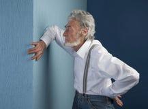 Пожилой человек с его рукой на стене Стоковые Фото