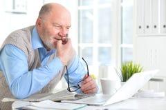 Пожилой человек с компьтер-книжкой Стоковое фото RF