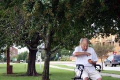 Пожилой человек с донутом Стоковые Фотографии RF