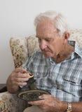 Пожилой человек с плодоовощ семенит пирог и плиту Стоковое Изображение