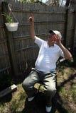 Пожилой человек указывая вверх Стоковые Фото