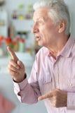 Пожилой человек указывая вверх Стоковое фото RF