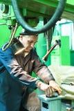 Пожилые вахты работника на работе филировальной машины Стоковая Фотография RF