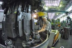 Пожилые вахты работника на работе филировальной машины Стоковое Фото