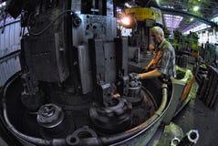 Пожилые вахты работника на работе филировальной машины Стоковые Фото