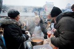 Пожилые женщины варят традиционный суп Стоковое Фото