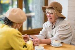 Пожилые женщины в кафе Стоковые Фото