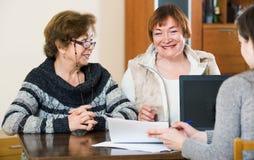 Пожилые женщины делая будут на общественной нотариальной конторе Стоковые Фотографии RF