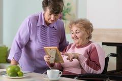 Пожилые женщины смотря изображение Стоковое Фото