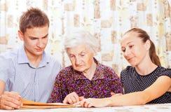 Пожилая женщина с молодой smileing внучат 2 Стоковые Изображения