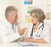 Пожилые доктора на таблице Стоковое фото RF