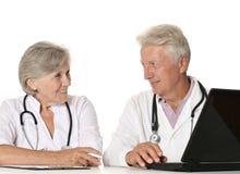 Пожилые доктора с компьтер-книжкой Стоковое фото RF