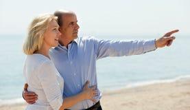 Пожилые пары в летах на этап каникул seashore Стоковые Изображения