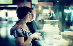 Пожилые пары в музея стоковая фотография rf