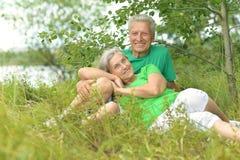 Пожилые пары в природе Стоковая Фотография