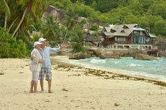 Пожилые пары в тропическом саде Стоковые Изображения RF