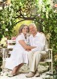 Пожилые пары на деревянном крылечке Стоковое Изображение RF