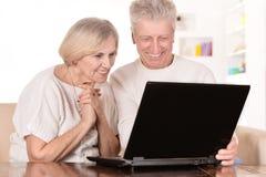 Пожилые пары с компьтер-книжкой Стоковое фото RF