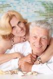 Пожилые пары с seashells стоковые фотографии rf