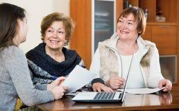 Пожилые положительные женщины делая будут на общественной нотариальной конторе Стоковое Фото