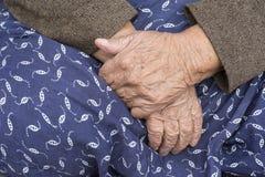 Пожилые руки женщины Стоковое Фото